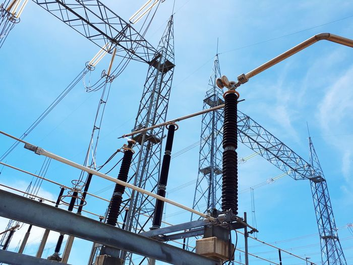 Arco voltaico na chave seccionadora em seu fechamento. Eletricity Substation Key Cable Connection Sky Day Business Finance And Industry Built Structure Industry Low Angle View Construction Site