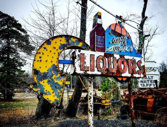 Rusted Metal  Rusty Rust Neonsigns Selfserviceliquor Oldsigns Saltwatertaffy Junkyard Discoveries Roadsiderelic Liquor Road Sign Communication Close-up Sky Built Structure Directional Sign Signboard Street Art