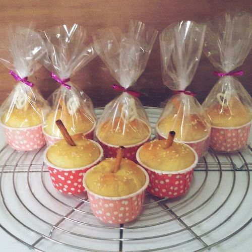 Just my way to show my love. 😊 ••••••••••••••••••••••••••••••••••••••••••••••••••••••••••••••••♡ Dapoerangel Baking Apple Bread Cute Packaging Homemade Fortheloveone Polkadotcupcakecase
