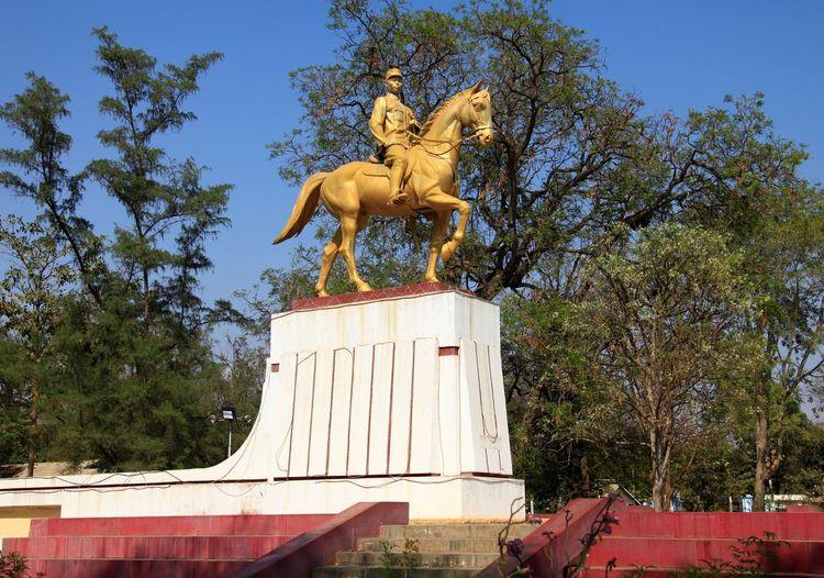 Statue of General Aung San in Magwe, Myanmar Aung San Bronze General Golden Magwe Myanmar Statue Tree