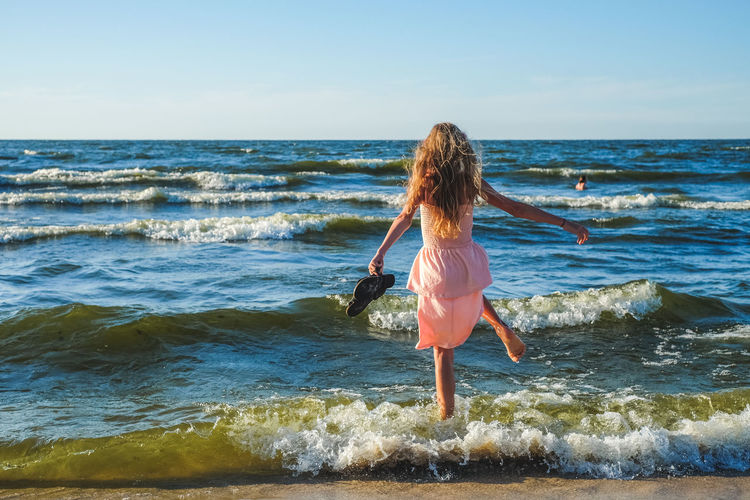 FUJIFILM X-T10 Vacations Beach Fujifilm Hair Hairstyle Horizon Horizon Over Water Land Leisure Activity Lifestyles Long Hair Motion One Person Outdoors Real People Rear View Scenics - Nature Sea Sky Summer Wasiak Water Wave Women