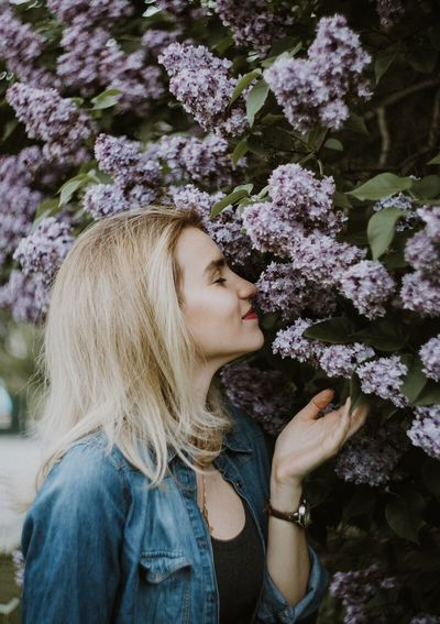 Flower Blond Hair Young Adult One Person Young Women Beautiful Woman Nature Smelling Real People One Young Woman Only Fragility Day Lifestyles Outdoors Freshness Only Women One Woman Only Close-up Adult People