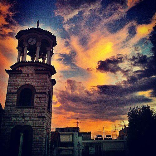 Kaosig solstorm. Sista kvällen i Aten ägnas åt fest och öl.