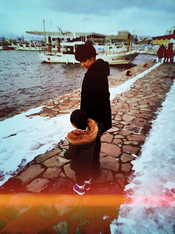 Full Length Outdoors Standing Sky Wintertime Leisure Activity Day Sea IPhoneography North Hokkaido Hakodate Snap Snapshot Snapshots Of Life Motherandson  Portrait Holding Hands Love Cold Temperature