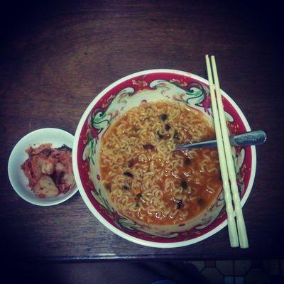 Thương mình qá :( mì gói và kimchi là xong bữa tối đó :( giảm cân đâu có vui vẻ gì :(( 라면 김치 저녁식사 ㅠㅠㅠㅜ
