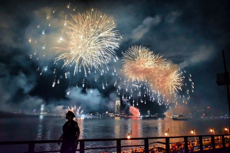 MACY'S fireworks July, 4th 2017 - East River - ************* - NIKON D5500 - - 18 mm - - Time 1/60s - - f3/5 - - ISO 5600 - EyeEmNewHere Manhattan Architecture France New York Let's Go. Together. Brooklyn Bridge / New York Paris Brooklyn EyeEm Selects USA Fireworks Skyline Street Beauty In Nature Outdoors Night