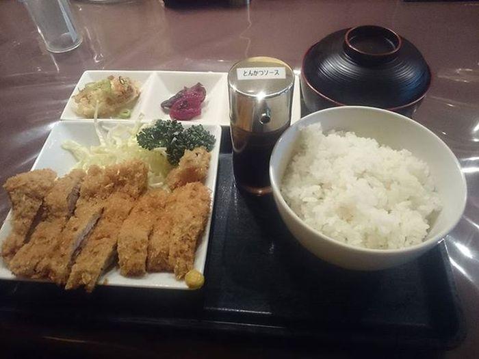 トンカツ定食にしてみた!うどん屋じゃねーのかよ!!Σヾ(>ω<=) まあ何となくメニューの中で食べたくなったんだもん。他にも定食メニューが豊富だったよ。こういう店が地元に出来るのはありがたいやねぇ。Japan Holiday Dinner Yurigaoka Restaurant 休日 夕飯 定食屋 百合ヶ丘 豚カツ Porkcutlet