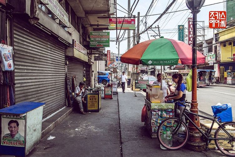 Along the streets of Pedro Gil and Angel Linao, Paco District, Manila, Philippines Streetphotography Vendor Pedrogil Angellinao Pacodistrict Manila Philippines City City Life Publicspace People Fujifilm Fujifilm X-E2 Xe2 Fujixe2 Fujifilm_xseries