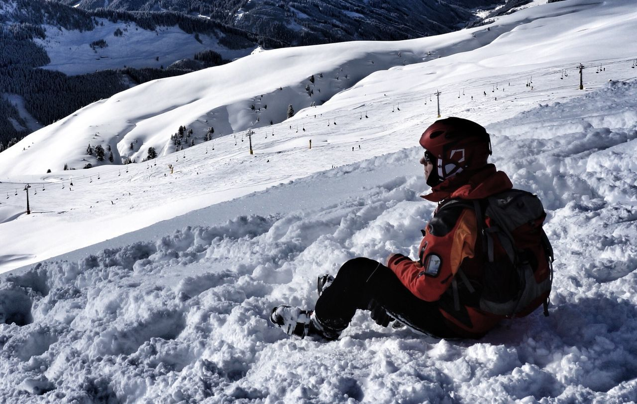 snow, winter, cold temperature, leisure activity, real people, one person, weather, full length, outdoors, lifestyles, warm clothing, sitting, nature, day, vacations, snowboarding, ski holiday, people