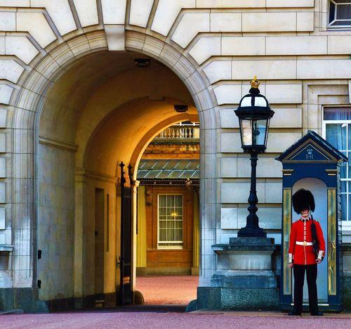 Guard Buckingham Palace London LONDON❤ London Lifestyle London_only Londonlife London Streets Londononly Londonthroughmycam Londoncity London London London!!! Lovelondon EyeEm LOST IN London Postcode Postcards