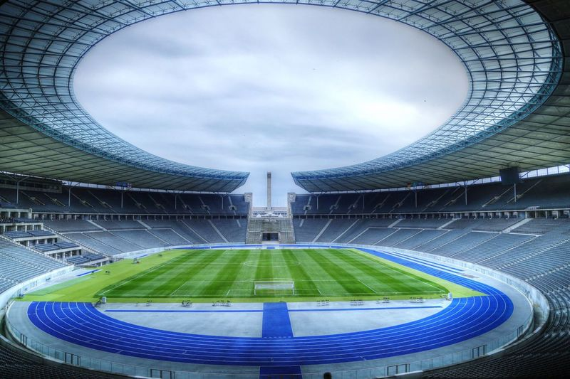 Wusstet ihr, dass das Olympiastadion Berlin das einzige Stadion mit blauen Laufbahnen ist? Warum? HaHoHe-HertaBSC! :) Olympiastadion Berlin Stadium HDR Hdr_Collection Green Architecture_collection Architecture Architecturelovers