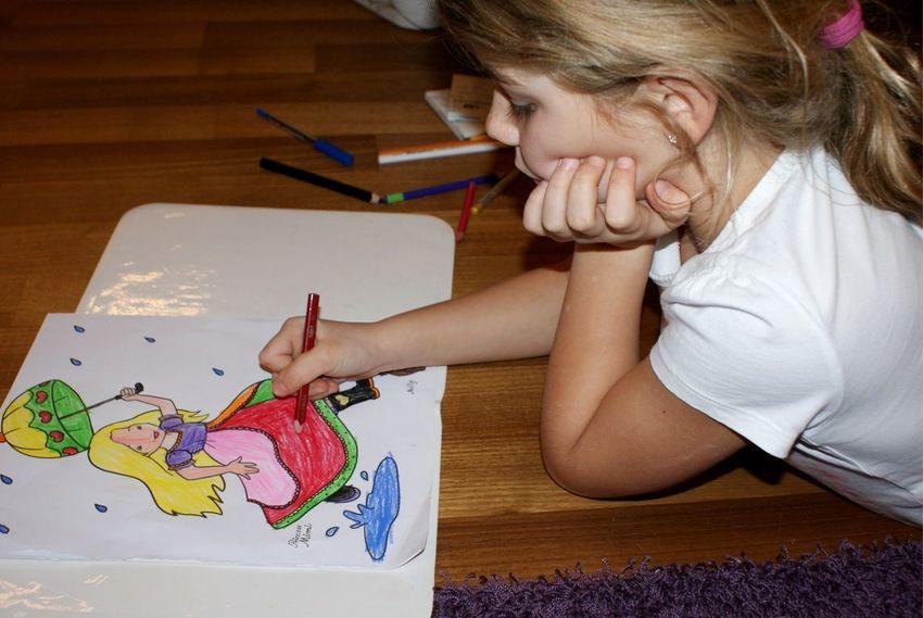 kleines Mädchen beim malen Kindheit Kreativ Malen Zeichnen Mädchen Girl EyeEm Selects Indoors  Creativity Childhood Child Leisure Activity Learning One Person Artist Paper Skill  Girls Close-up People