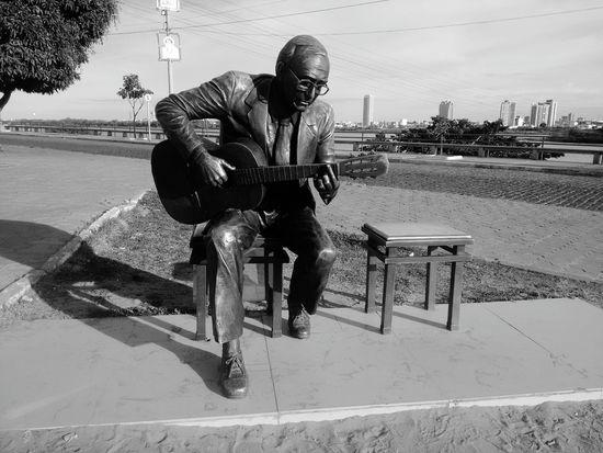 Estátua 🎵🎶🎸 Hello World Statue Black & White Blackandwhite Music Guitar Beautiful Day Day Simplicity I LOVE PHOTOGRAPHY EyeEm Best Shots EyeEmNewHere EyeEmBestPics EyeEm Gallery Bahia Brazilian Gallery Brazil Brasil 🎵🎶💋🎶🎵🌎✌
