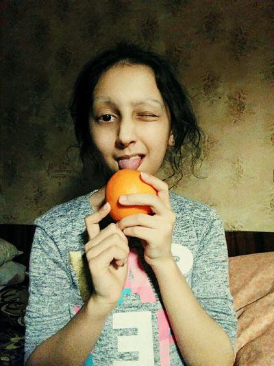 Ярко. Свежо. Вкусно. апельсин Portrait Holding Young Women Close-up First Eyeem Photo