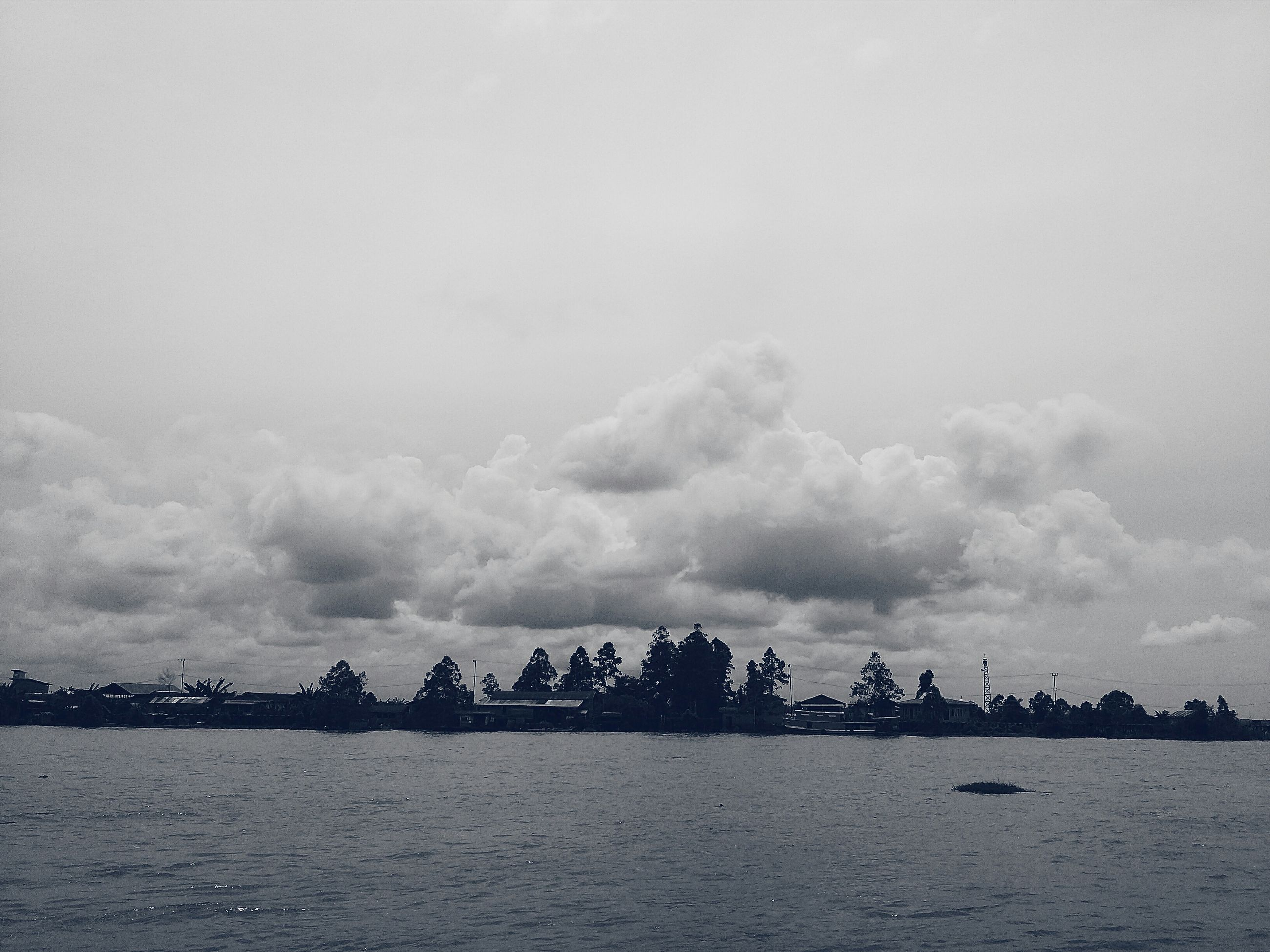 sky, water, cloud - sky, silhouette, waterfront, sea, tranquility, tranquil scene, scenics, nature, beauty in nature, cloudy, overcast, weather, copy space, dusk, cloud, outdoors, idyllic, large group of people