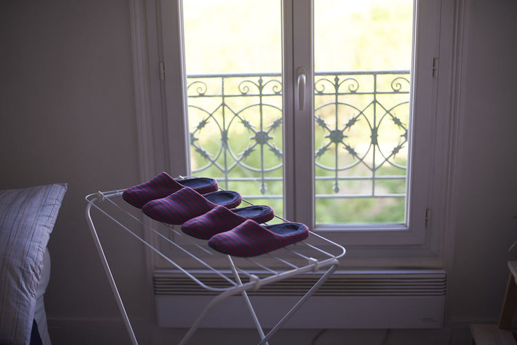 Un moment. Absence Architecture Chair Coffee Table Day Domestic Room Empty Furniture Glass - Material Home Interior House Indoors  Leather Living Room Nature No People Pillow Seat Sofa Transparent Window