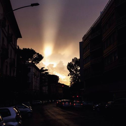 The only description I can think of for this sunset is downright godly. Ventoura Rome Roma Italy italia Europe sunset ethereal surreal clouds light sunbeam igersroma SunsetsWithLashan