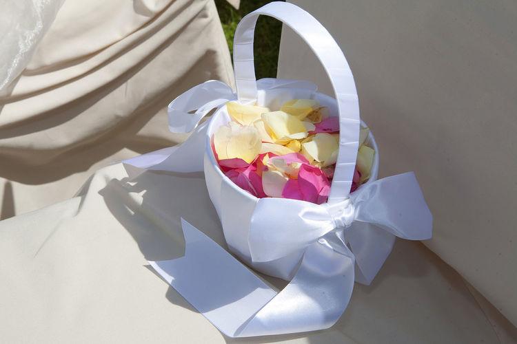 Streublumen Blumen Blätter Korb Sommer Schleife Kirche Wedding Glaube Rose Stille Bayern Hochzeit Trauung Kerze Buch Gott Glaube Hope Kerze Detail Tisch Deko Trauung Torte Tablett