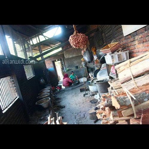 Rahasia Dapur. Salah satu rahasia dibalik citarasa bebalung adalah proses memasaknya yang panjang. Ibu Wasiah,pemilik Depot Kelebet bercerita bahwa tulang iga sudah mulai direbus sejak malam hari sebelum disajikan keesokan harinya. Penggunaan kayu bakar untuk memasak juga berperan penting untuk memastikan kematangan yang merata. Bebalung Lombok Kuliner Explorelombok INDONESIA Indonesianfood Asianfood 1000kata