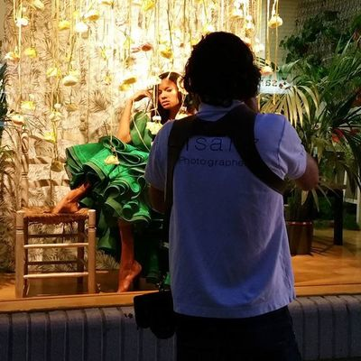 Shooting esta tarde en Alea flores | concept store de c / Barcelona. Espectacular trabajo de @msanzphoto quemando flashes @angelab.garrote dándole a la brocha y @sprada rizando el rizo. Modelos Isabella y Bibiana. Alea Conceptstore Escaparate Window Windowdisplay Windowdresser WindowDressing Vitrina Vitrine Shooting Shoot Photographer Makeup Hairdress Vigo SPAIN Galifornia Instavigo Lovemyjob