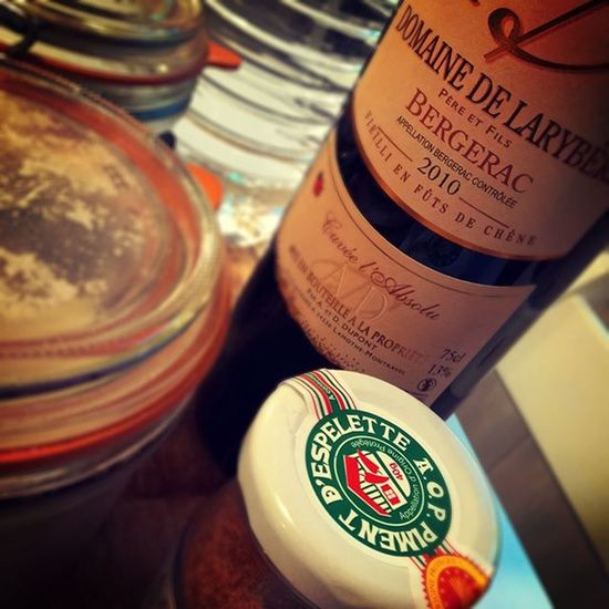 S'entourer de belles choses. Espelette Bergerac Wino collection Instawine Instagood Redwine Rouge Carnivore Plancha Live Home