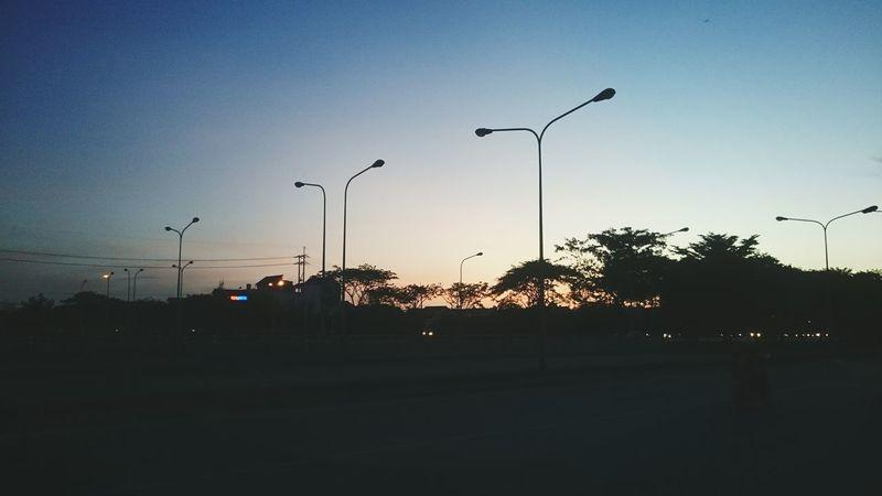 黄昏ハイウェイ - Sunset highway きれいな 黄昏 夕暮れ ハイウェイ 景色 Sunset Sunset Silhouettes Highway Urban Landscape Sweet Sky Romantic Light And Dark Dim Light Showcase: February Everything In Its Place