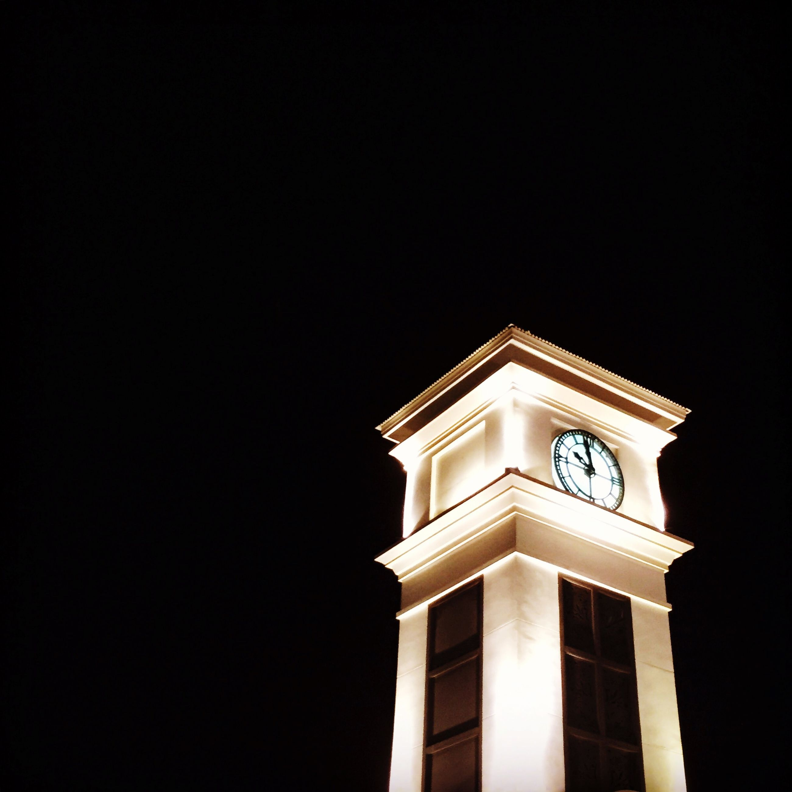 architecture, low angle view, clear sky, built structure, copy space, building exterior, night, high section, history, tower, no people, outdoors, illuminated, city, clock tower, travel destinations, building, tall - high, sky, famous place