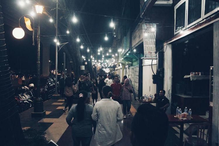 Pedestrian Vendor Light Illuminated Streetphotography Nightphotography Protecting Where We Play Crowd