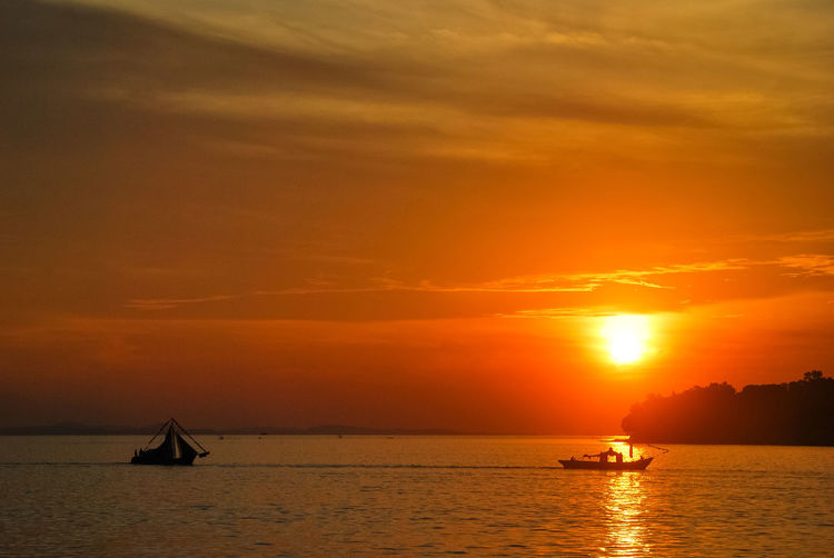 Sunset Silhouette Sea Travel Destinations Scenics Landscape Awe Orange Color Vacations Gold Colored EyeEmNewHere Sailing Boat EyeEm Best Edits Sea Life EyeEm Selects Sailing Ship Penyengat Island Stockphoto Decorative Ship Boats⛵️ PenyengatIsland Tropical Climate Ship Eyeem Select Tourism
