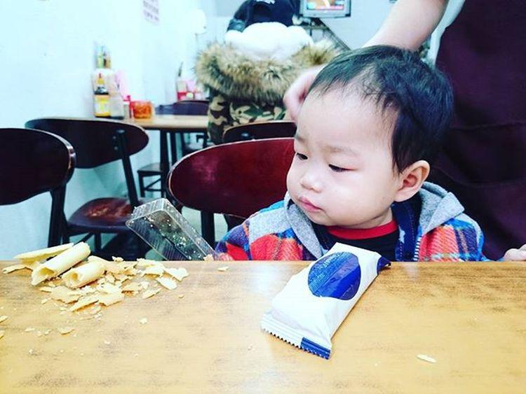 20160118 買大家的午餐時 遇見一可愛娃兒 在那邊想吃又把食物打翻 還問哥哥要不要吃 可愛指數爆表💕💕💕 × 其實我也想要有一個可愛的小孩哈哈 但哥還是魯蛇。 18號作品 童真 評鑑倒數1天