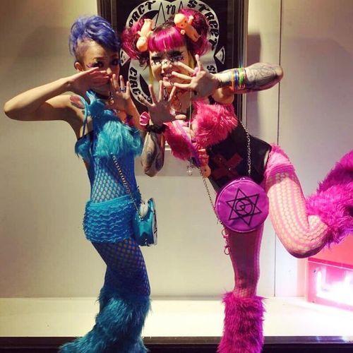 Girls Kikilala Pink Blue Pinkandblue Fetish Party Feierabend Tattoos Manicpanic Twins Zwillinge Zwillingsschwester Tattoo Fishnet Corset Schwester Sis Sister Pinkhair BlueHair