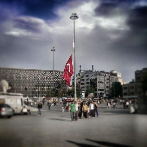 PrayforSOMA Somaiçinduaet bayraklar yarıda kalpler Soma'da gözler yaşlarda. siyasete keyfe yemek fotoğraflarına ara lütfen 😢 BUGÜN POLİTİKA YOK ULAN!