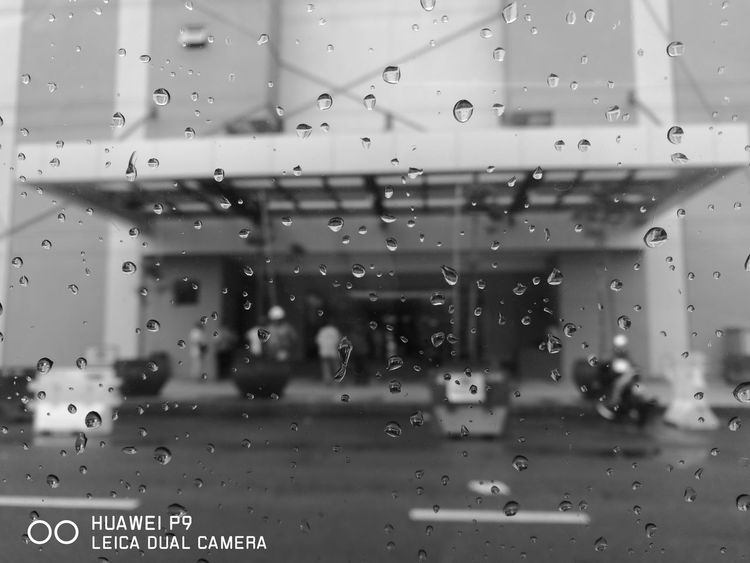 Mobilephotography Mobile_photographer Mobilestreetphotography Huaweiphotography HuaweiP9 Huawei P9 Blackandwhite Photography Streetphotography Rain Raindrops