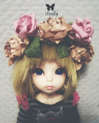 New collection of doll wreaths By Ctrayfi. And first for my small Olivia. Wreath Doll Taking Photos Hanging Out Enjoying Life Street Fashion Fashion Handmade Hello World