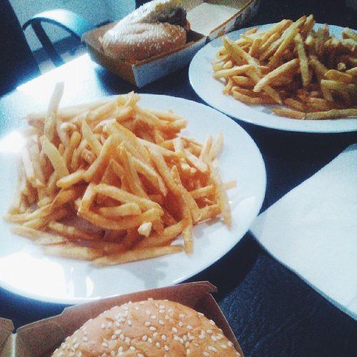 Burger + Fries = 😍 VSCO Vscofood Vscophile Vscoer yummyinmytummy burger fries food