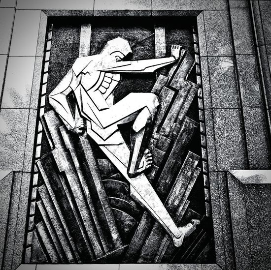 Use all your might and break free. Architecture BeMighty Breakfree Livelife Mural 3Dpainting BronzeArt Black&white Monochrome