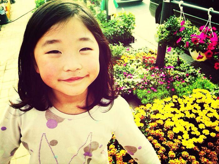 꽃을 심고 싶어하는 딸. 귀엽다