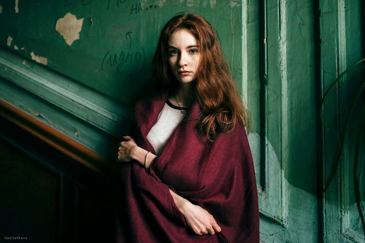 Young Adult Only Women Portrait One Person Adult Beautiful Woman One Young Woman Only Adults Only Looking At Camera Redhead One Woman Only Long Hair Beautiful People People Beauty Standing Green Color Young Women Red Smiling
