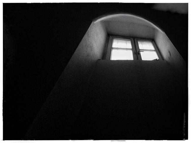 Window Keller Fenster Kerker Dunkelheit Trauer Düster Einsamkeit Alleine
