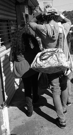 Streetphoto Blanco & Negro  Luz Y Sombra  People Photography Street Caminantes Paseo Paseando Walking Blackandwhite Photography Peoplephotography People Walking  Blanco Y Negro Gente De Paseo