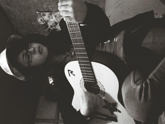 Guitarra mi sister siempre me anda sacando fotos