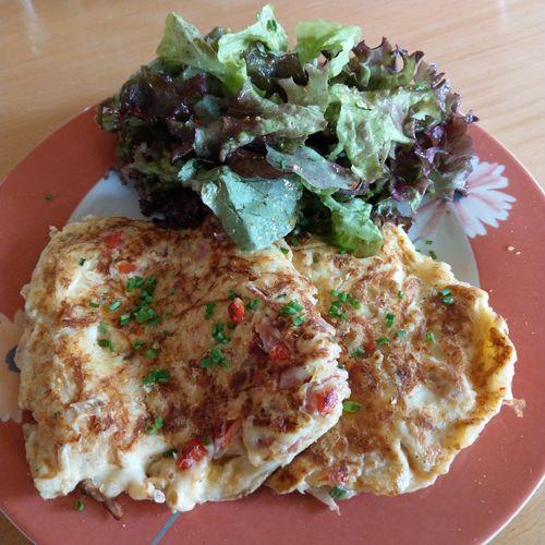 Omelett mit feinem Käse und frischem Salat Food Photography Food Foodporn Foodphotography Freshness Healthy Eating Hello World Plate Table