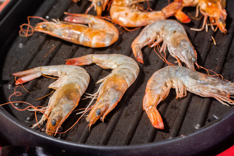 Close up Cooking Seafood Shrimp in the Evening at the Beach. Taken by the light of the sun. Diet Eating Electric Hot Raw Animal Barbecue Food And Drink Freshness Grilled Healthy Eating Meat Nuture Pan Preparing Food Shrimp - Seafood Testy