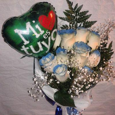 Ramo de rosas azules con globo con dedicatoria, que os parece???. Puedes ver mas en http://graficflower.com Sanvalentin Regalodesanvalentin Regalocumpleaños Regalosdecumpleaños Regalosparasanvalentin Regalarensanvalentin Regalosdeaniversario Regalosdeaniversario DiaDeSanValentin Diadelosenamorados Rosasazules Rosaazul