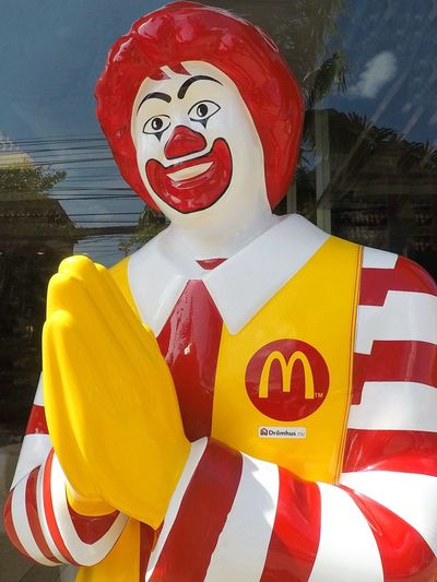 Ronald McDonald Wai Greeting Statue In Thailand Thailand Maccys Fast Food Fast Food Thai Style Food Statue McDonald's Mcdonalds Ronald McDonald Greeting Wai Clown Red Day Outdoors No People Clown Sky Close-up