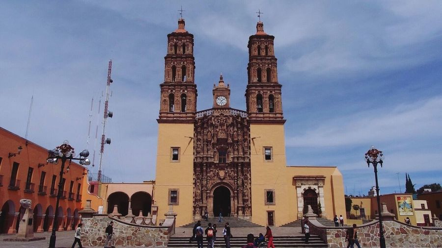 Mexico and one of the million churches we have all over the country, this one is located in Dolores Hidalgo, around 1 hour away from Guanajuato city. I must confess that I love this area in Mexico, the unique streets and charming coffee places makes me fall in love every time I come. Doloreshidalgo Mexico Traveling Taking Photos Canonphotography Church Arquitecture Eye4photography
