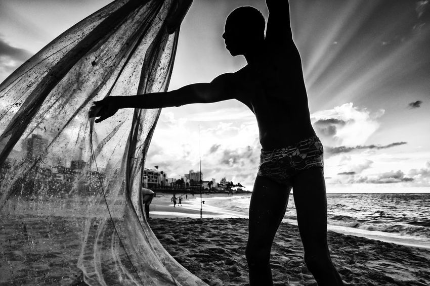 Pescadores de pititinga em Salvador, Bahia. Pescaria Day Fish Fisherman Fishing One Person Outdoors Peixe People Pesca Pescaria De Pititinga Pititinga Real People Rede Rede De Pesca Sky