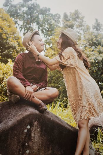 get maried Jungle Men Prewedding Preweddingphoto Preweddingphotography Funny Love ♥ Lovestory Love Young Women Sitting Smiling Rural Scene Full Length Sky Heart Shape I Love You Couple