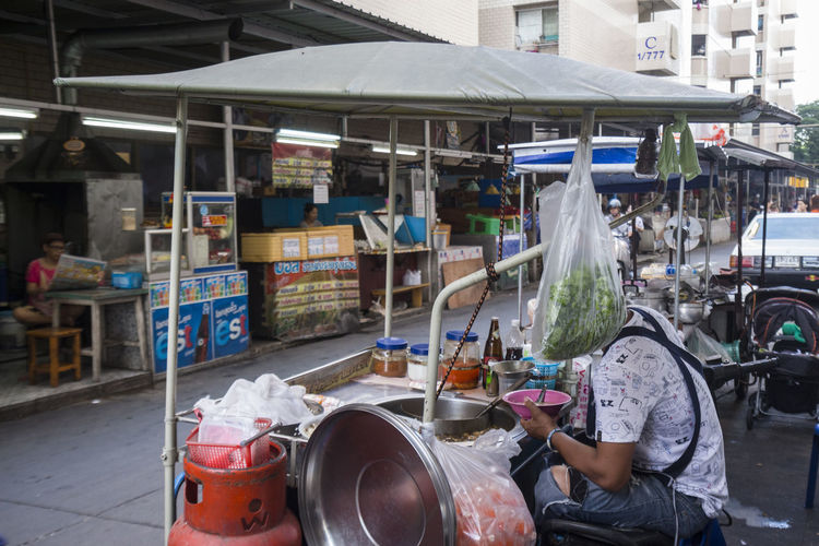 snap shot of seller with vegetable head in Paste of rice flour cart stall Candid Photography Candidshot Market Stall Mirage Snap Snapshot Stall Street Photography Streetfood Streetphotographythailand Streetphotothailand Showcase July