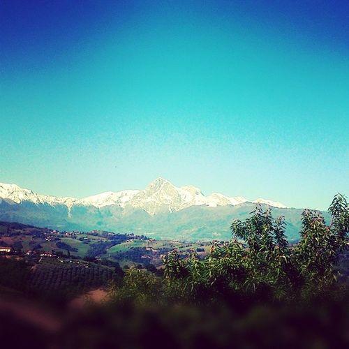 Nemmeno una nuvola. Sky Blue Bluesky Mountains spring sun goodmorning picoftheday photography photooftheday igersteramo igersItalia igersAbruzzo GranSasso